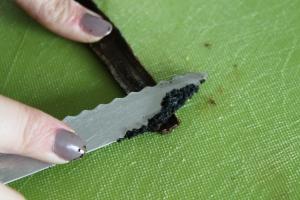 Benutze für das Auskratzen des Marks die Rückseite eines Messers.
